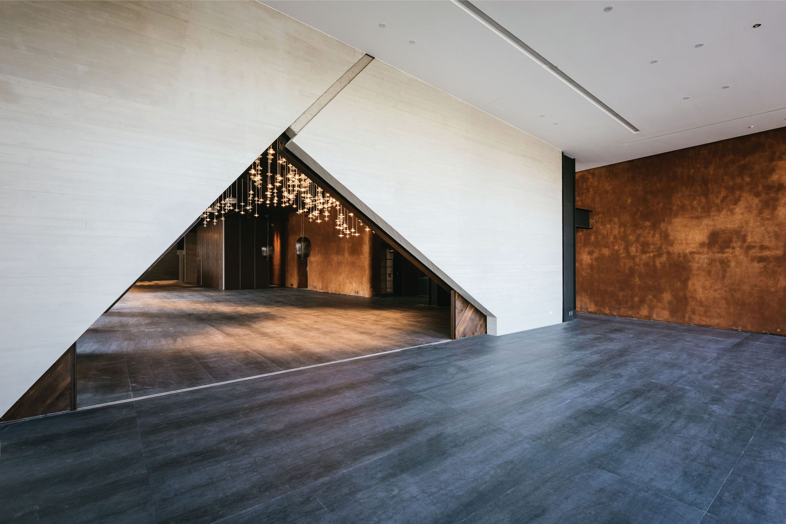P1_与玥樓的核心設計,宴會廳入口處的人字門,穿過這扇門,也將開啟人生新的篇章。